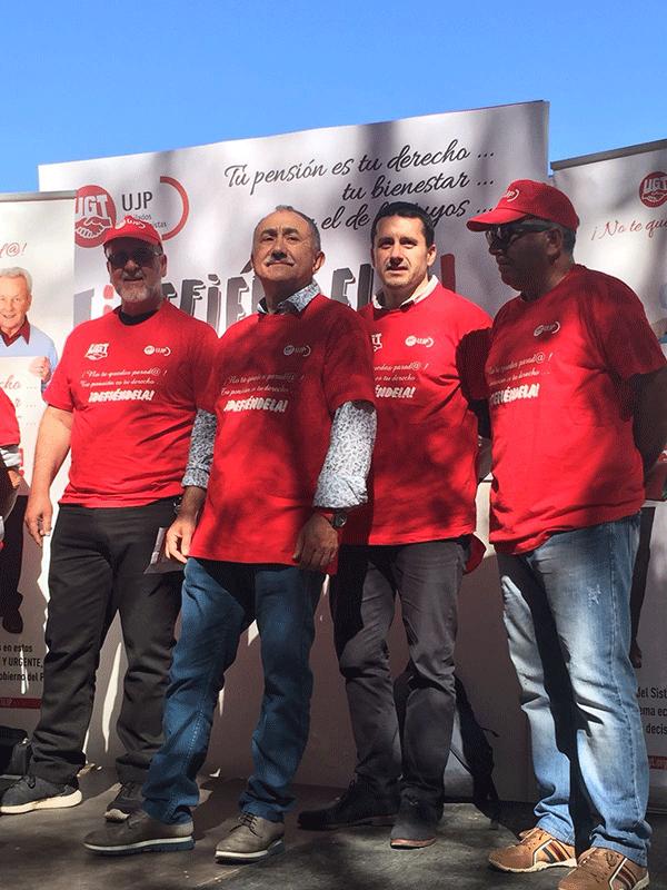El secretario general de UGT Asturias, Javier Fernández Lanero, junto a Pepe Álvarez y otros compañeros momentos antes de las intervenciones.
