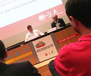 En la foto, el profesor José Carlos Díez acompañado de Fernando Díaz Arnaiz, que ejerció de Moderador.