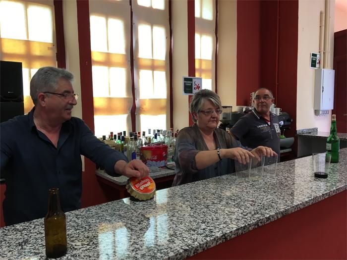 Los miembros de la asociación vecinal de Villapedre, que amablemente atendieron el bar del local asociativo.