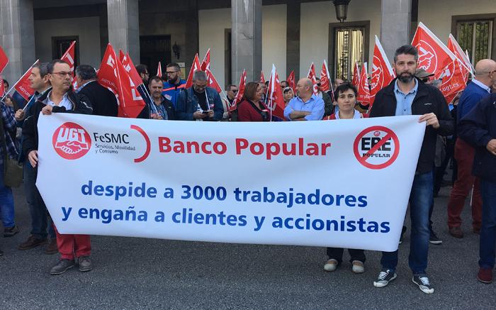 Los compañeros del Banco Popular acudieron a la concentración con una pancarta en la que denuncian la actuación de la empresa.