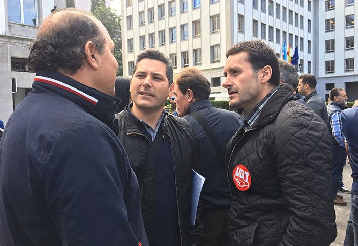 En la foto, José Benigno Suárez Castaño, del sector de Policía local de UGT Asturias, Pablo Vega, secretario general de la Unión de Guardias Civiles de Asturias, y Javier Fernández Lanero, secretario general de UGT Asturias.