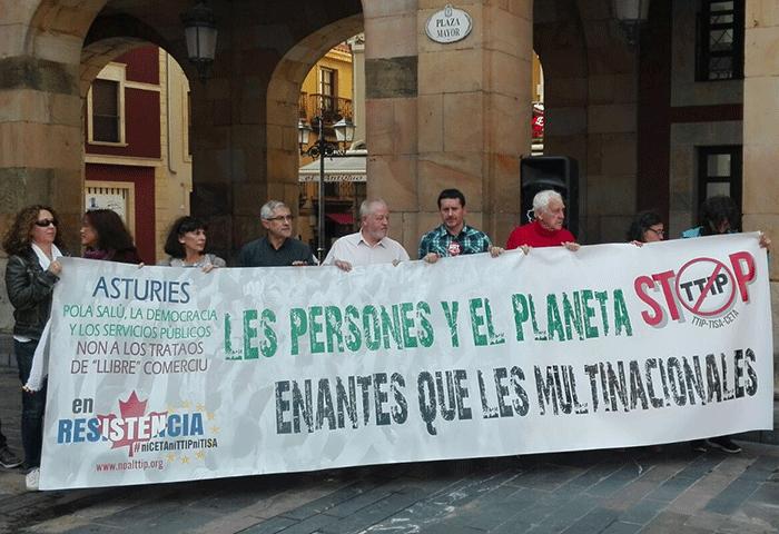 La pancarta de cabecera a su llegada a la Plaza Mayor, punto final de la manifestación.