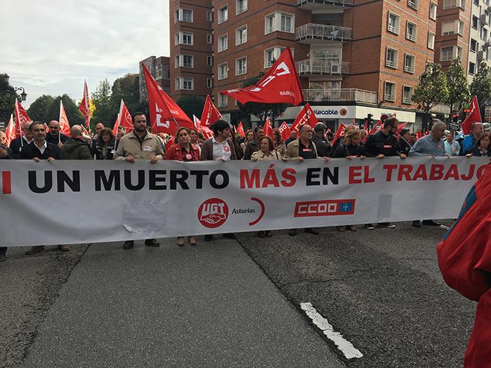 Pancarta de cabecera de la concentración, con representantes sindicales, entre ellos el secretario general de MCA UGT, Jenaro Martínez, y compañeros del fallecido en la empresa Procoin.