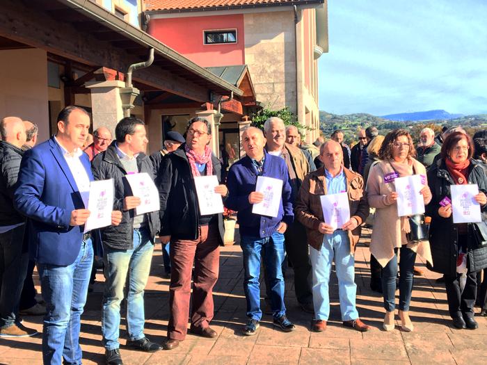 Pepe Álvarez junto a los secretarios generales de FeSP y UGT Asturias participó con los delegados de la convención en el minuto de silencio por las víctimas de violencia de género.