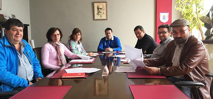 Reunión del jurado. Empezando por la izquierda, Manuel Antonio Fernández, Emilia Alonso, Nerea Monroy, Javier Fernández Lanero, Abel Suárez, Julio Villapún y Ángel Uría.